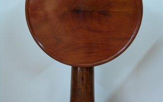 Tisch mit klappbarer runder Platte aus massivem Mahagoni, Privatbesitz.JPG